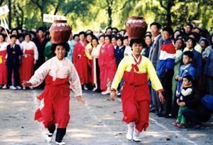 朝鲜族顶瓮竞走(图)