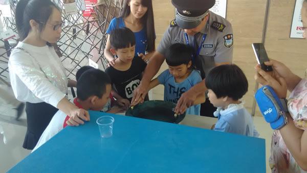 2014乐清市首届民族民俗文化节小朋友玩鱼洗